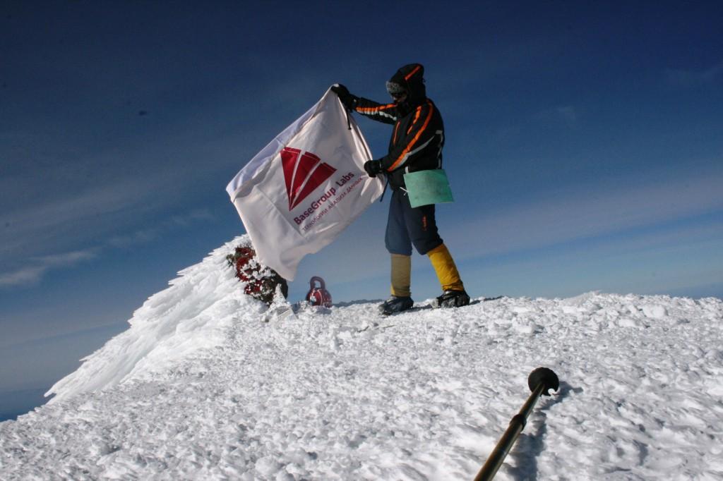 Водружен флаг на г. Эльбрус с символикой BaseGroup